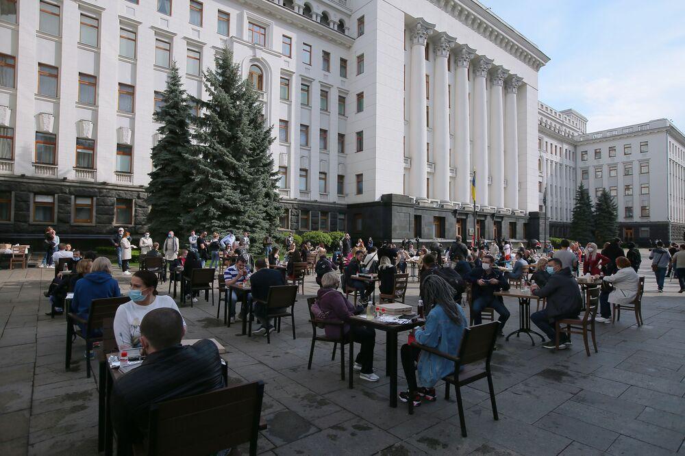 Empresários ucranianos instalam café de rua para exigir o fim da quarentena na frente do prédio da Administração do presidente da Ucrânia, em Kiev