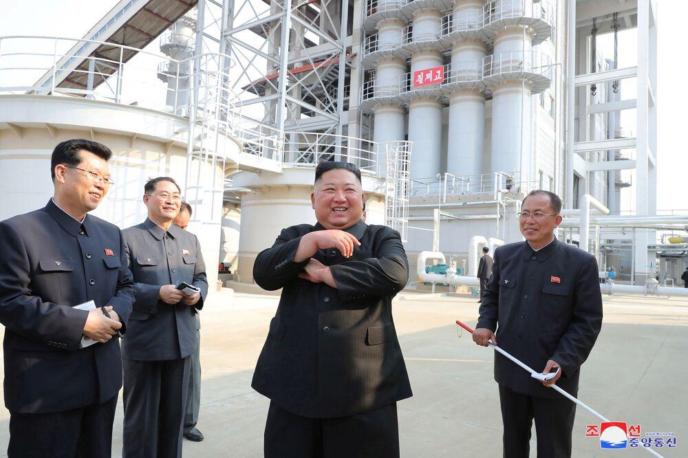 Líder norte-coreano Kim Jong-un durante visita a fábrica de fertilizantes recém-construída em seu país, em 2 de maio de 2020