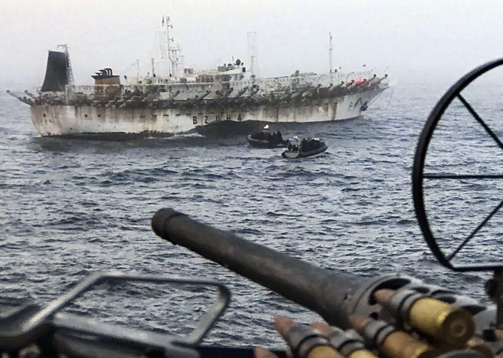 Embarcação pesqueira com bandeira chinesa é escoltada pelo navio-patrulha argentino ARA Bouchard