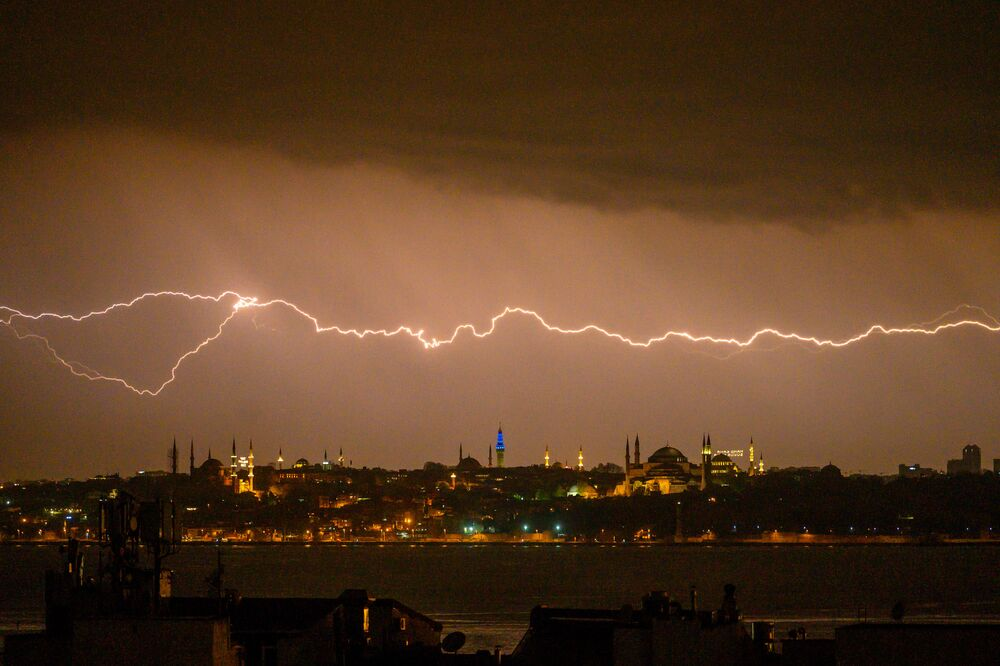 Raio ilumina os céus de Istambul, na Turquia