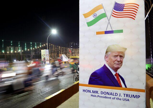 Cartaz em ponte informando sobre visita do presidente norte-americano Donald Trump à Índia, 23 de fevereiro de 2020