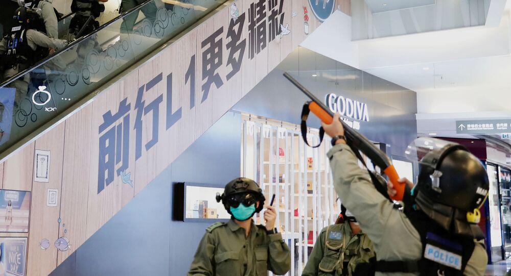Polícia de choque persegue manifestantes em shopping center de Honk Kong durante Dia das Mães de 2020.