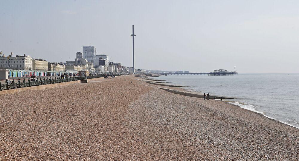 Praia em Brighton vazia devido à pandemia no Reino Unido, 11 de abril de 2020