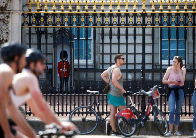 Um guarda da rainha é visto no Palácio de Buckingham após o surto da doença do coronavírus (COVID-19), Londres, Reino Unido, 26 de abril de 2020