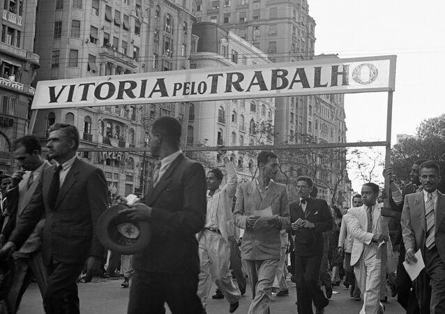Desfile de 100 mil trabalhadores na Avenida Rio Branco, no Rio de Janeiro, 2 de setembro de 1942
