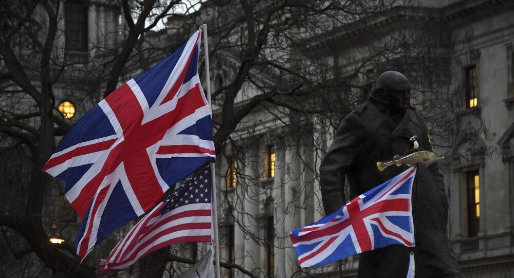 Apoiadores do Brexit seguram bandeiras britânicas e norte-americanas em frente à Estátua de Winston Churchill durante um comício em Londres, 31 de janeiro de 2020