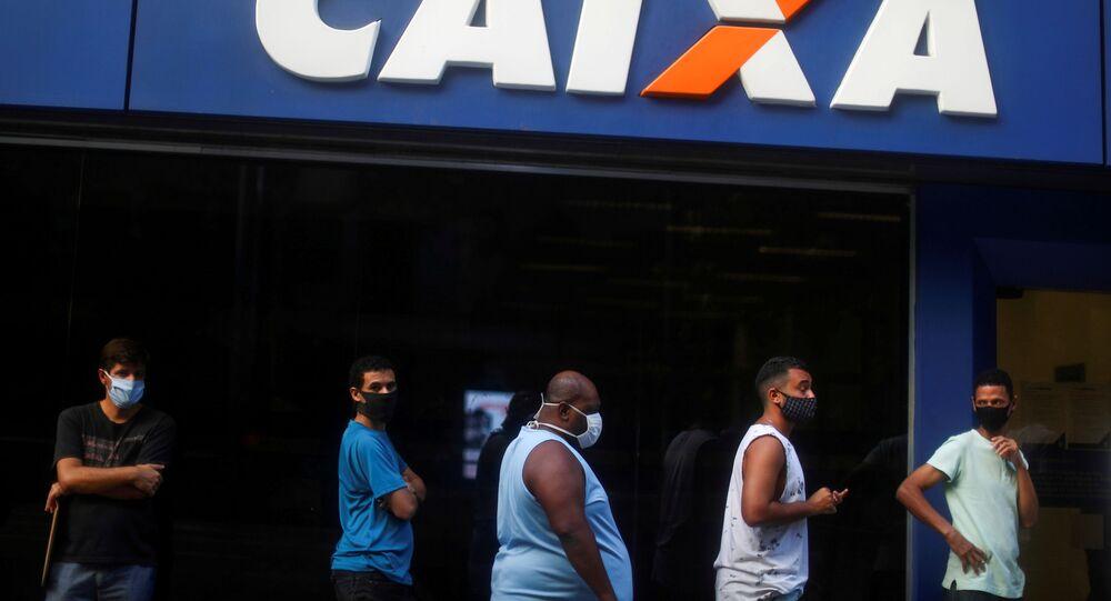Fila para receber auxílio do governo em agência da Caixa Econômica Federal no Rio de Janeiro durante pandemia de coronavírus.