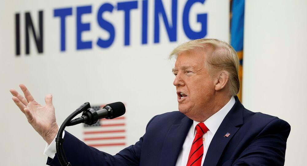 Presidente estadunidense Donald Trump fala aos jornalistas sobre a COVID-19 na Casa Branca