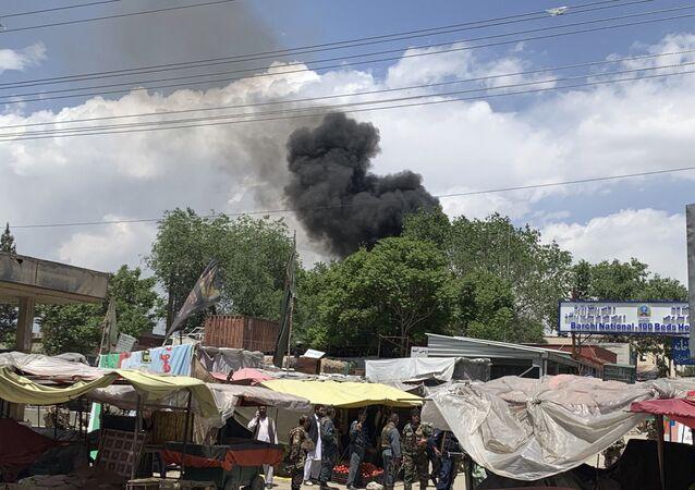 Fumaça é vista no céu depois que homens armados atacam hospital em Cabul, Afeganistão, 12 de maio de 2020