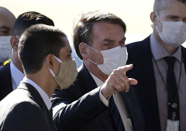 Presidente do Brasil, Jair Bolsonaro, usa máscara protetora durante conferência de imprensa, na saída do Palácio da Alvorada, em Brasília, 11 de maio de 2020