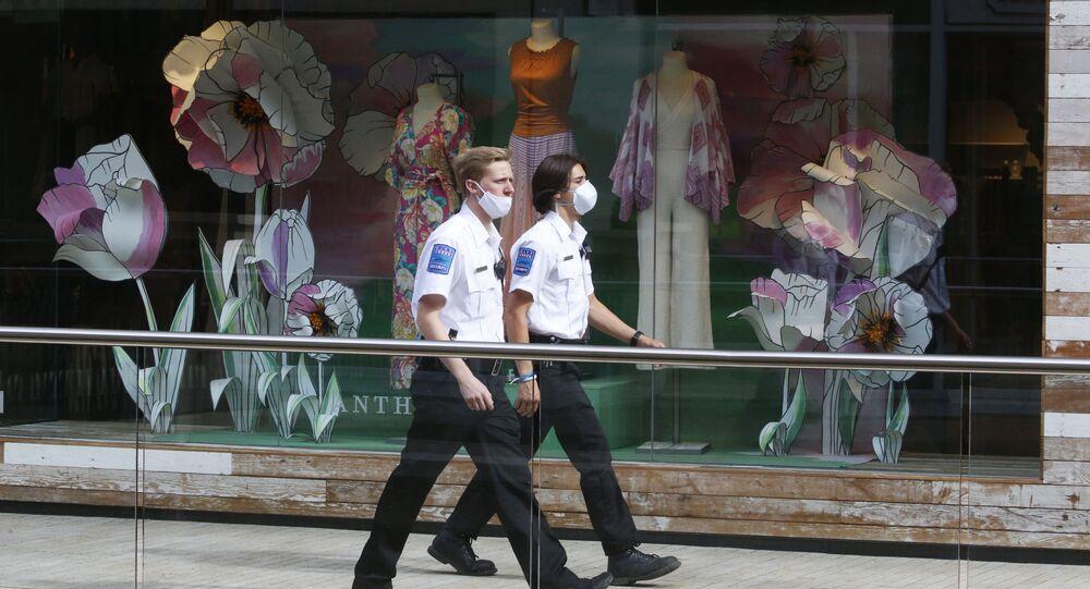 Guardas de segurança caminham com máscaras para se proteger do coronavírus nos EUA
