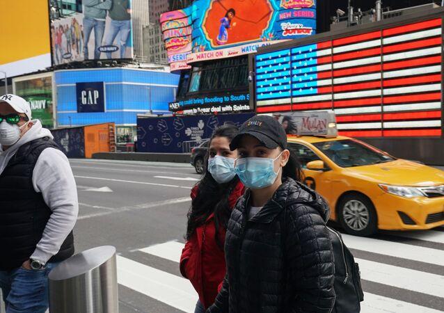 Pessoas com máscaras em uma rua de Nova York durante pandemia, nos EUA