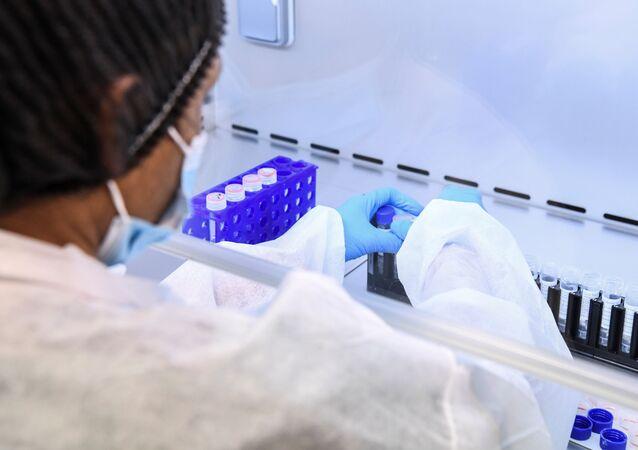 Testes de coronavírus sendo analisados em laboratório em Paris, na França, 11 de maio de 2020