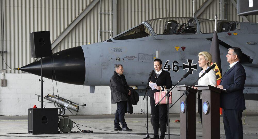 Ex-ministros da Defesa da Alemanha e Turquia diante de caça alemão Tornado