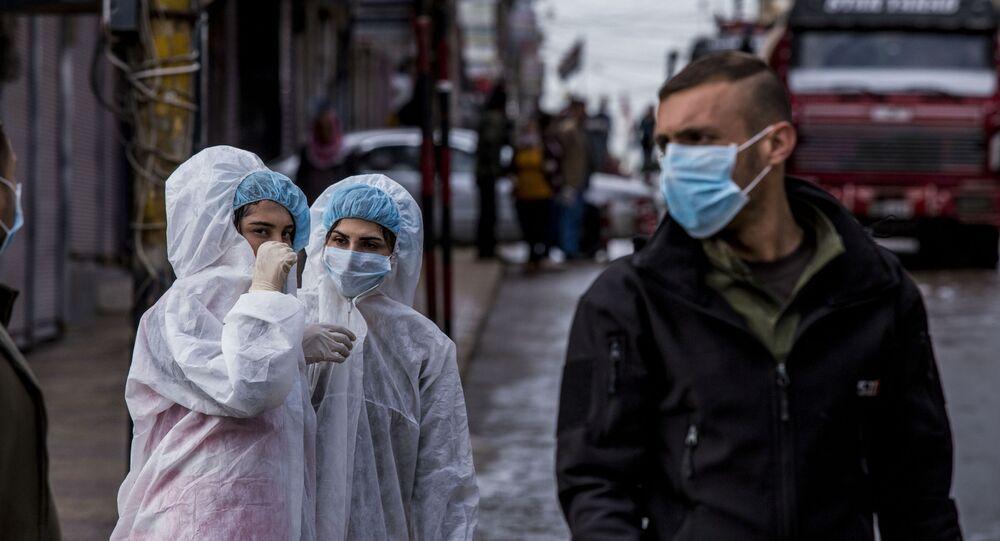 Profissionais da saúde com máscaras para se protegerem do coronavírus na Síria