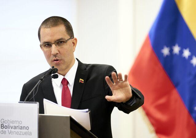 O ministro das Relações Exteriores da Venezuela, Jorge Arreaza, fala durante entrevista coletiva após visitar o Tribunal Penal Internacional em Haia, Países Baixos, 13 de fevereiro de 2020