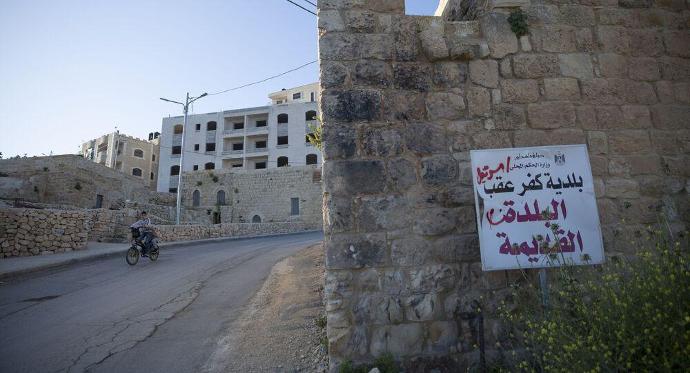 Menino é visto no caminho para o vilarejo de Kufr Aqab, na Cisjordânia, conhecido reduto palestino