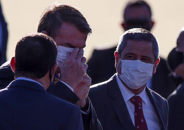 Presidente Jair Bolsonaro participa com ministros do hasteamento da bandeira em Brasília (DF)