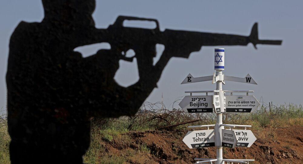 Placas indicam a direção das capitais mundiais em posto militar israelense nas colinas de Golã, 12 de maio de 2020