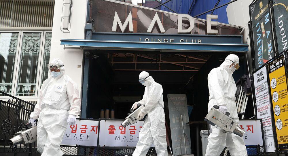 Funcionários da prefeitura de Seul, capital da Coreia do Sul, desinfetam casa noturna, 12 de maio de 2020
