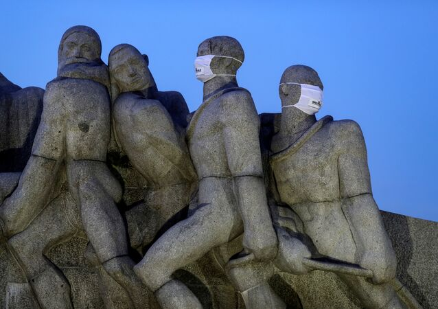 Estátuas do Monumento das Bandeiras são fotografadas com máscaras protetoras, em São Paulo, 12 de maio de 2020