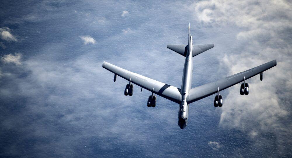 Um bombardeiro B-52 Stratofortress da Força Aérea dos EUA se afasta de um KC-135 da 100ª Ala de reabastecimento aéreo, no Reino Unido, após receber abastecimento durante uma missão do bombardeiro estratégico no dia 7 de maio de 2020