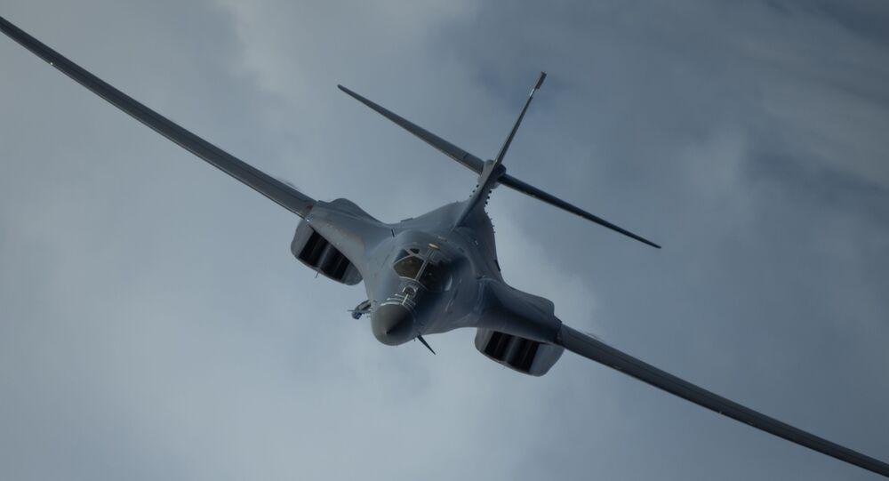 Um B-1B Lancer do Nono Esquadrão Expedicionário de Bombardeio conduz uma missão de treinamento nas proximidades do Japão, onde foi integrado à Força Aérea de Autodefesa do Japão, 12 de maio de 2020