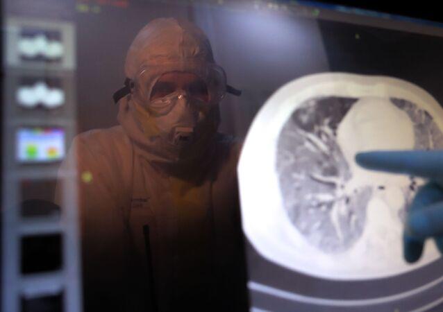 Médico analisando exame de paciente com COVID-19 na clínica da Universidade Estatal de Moscou, Rússia
