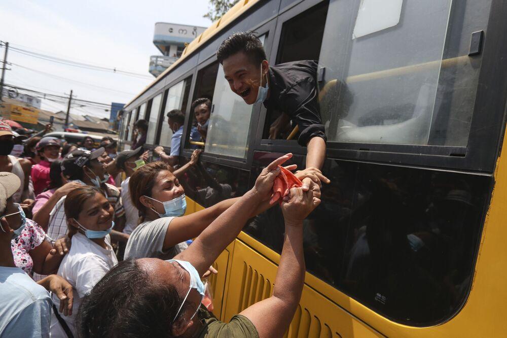 Prisioneiros liberados de presídio em Myanmar cumprimentam suas famílias
