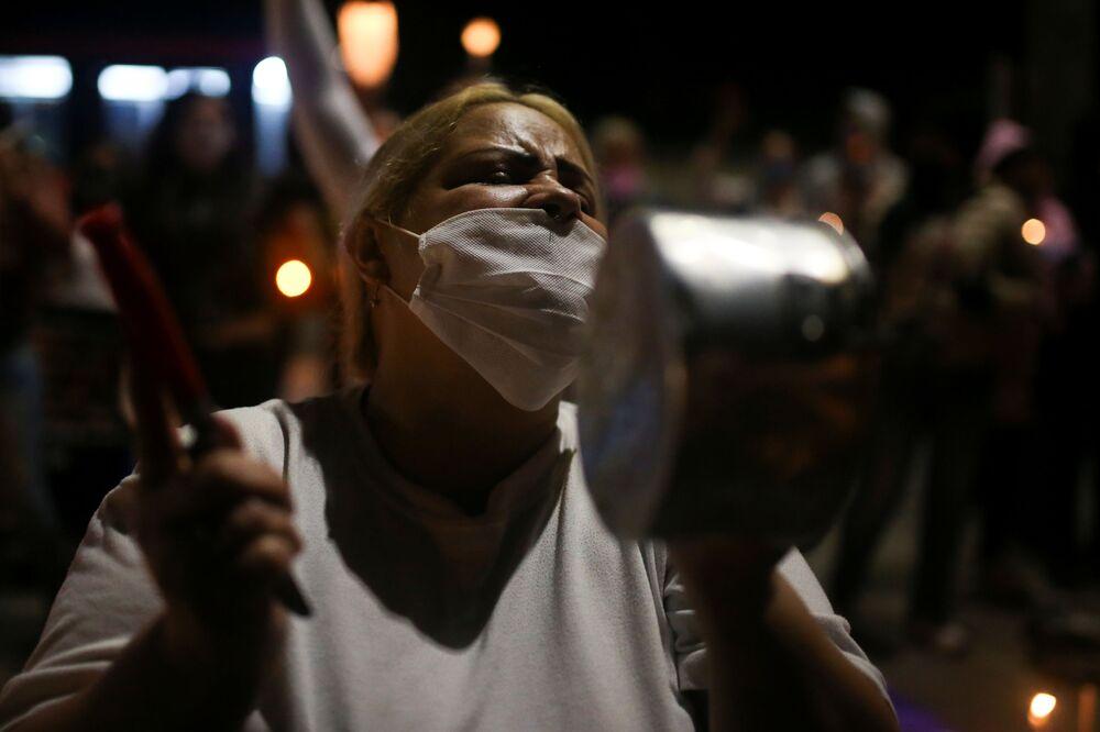 Familiares com máscaras contra o coronavírus protestam pelas condições enfrentadas em presídios na Colômbia
