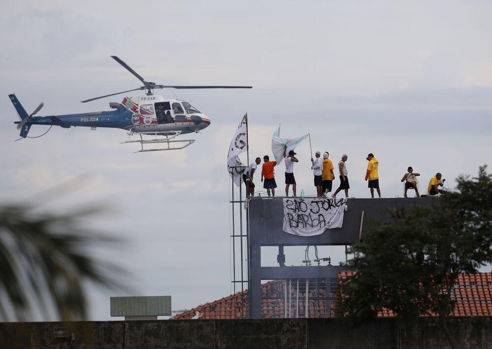 Helicóptero da polícia sobrevoa presídio de Manaus