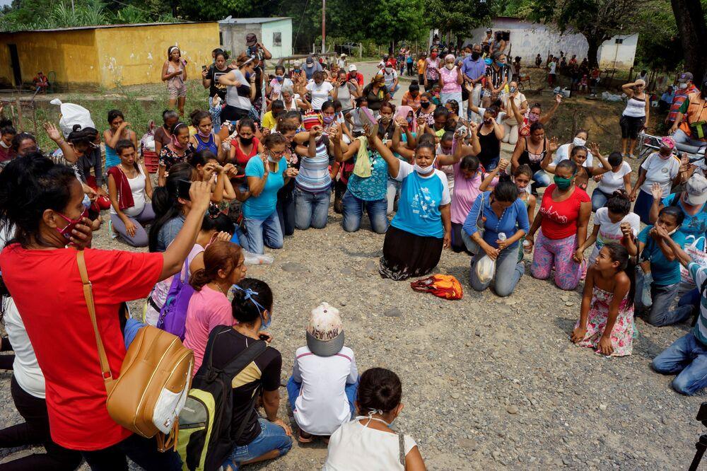 Familiares rezam por presidiários na Venezuela após revolta em presídio