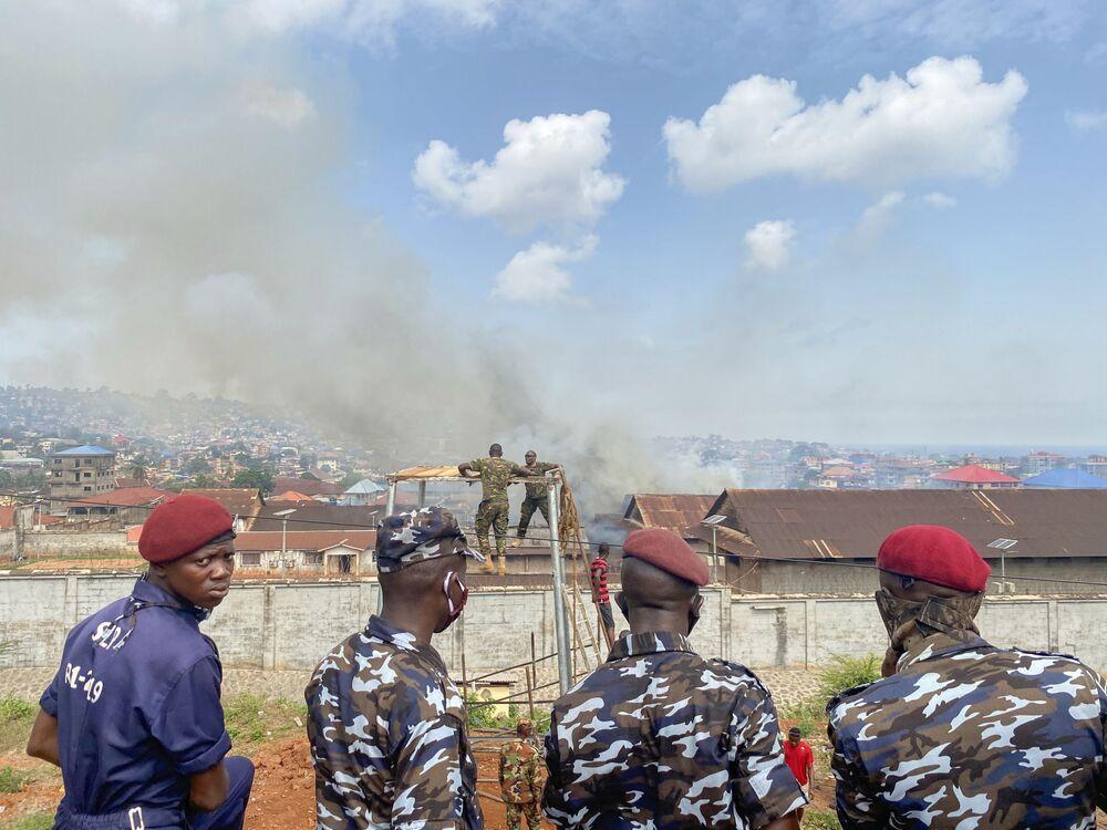 Policiais observam presídios na Serra Leoa