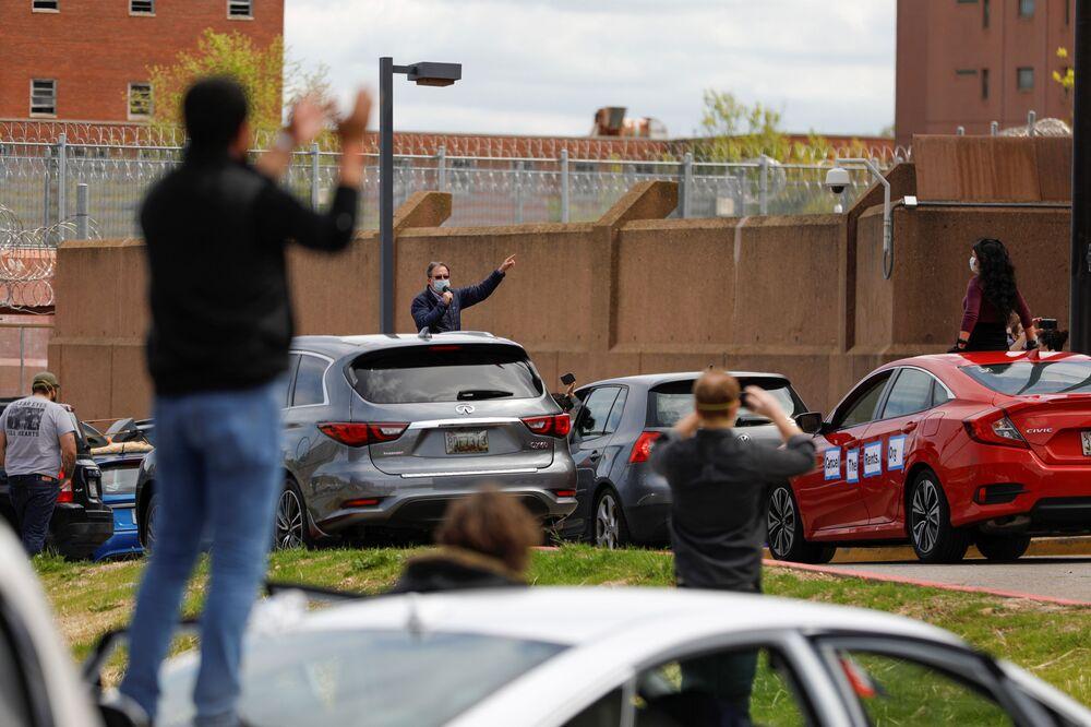 Motoristas realizam protesto contra condições enfrentadas por presidiários nos EUA em meio ao coronavírus