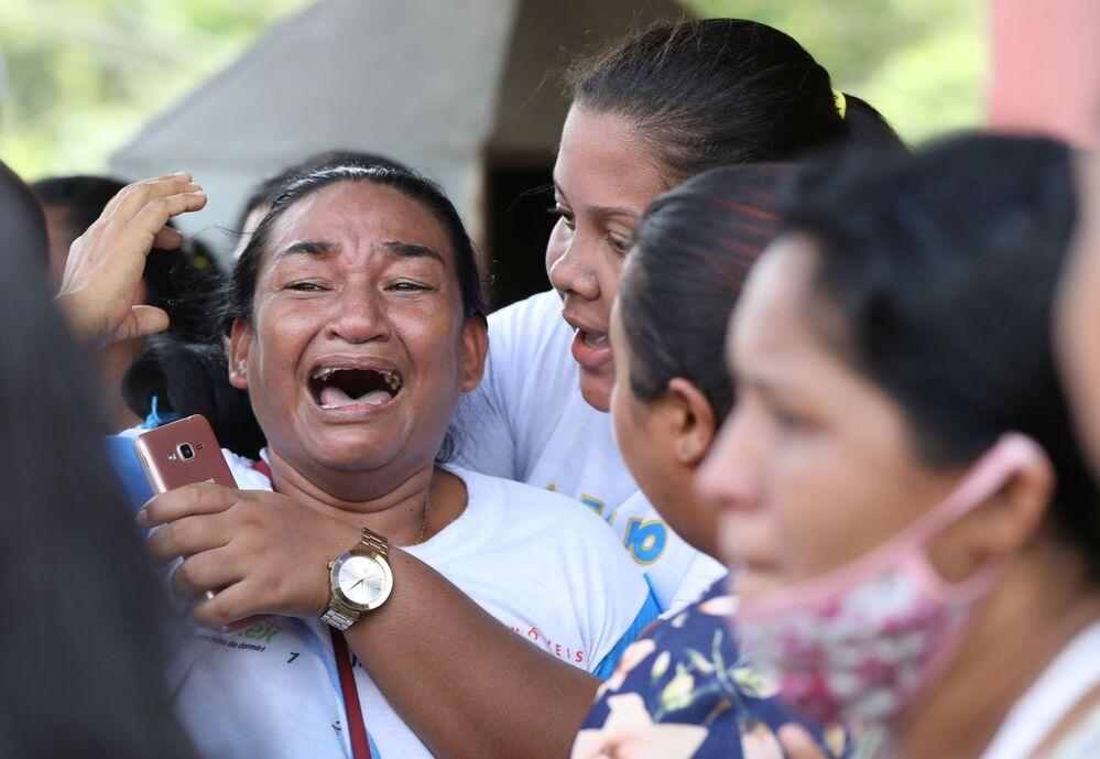 Parentes de detentos do presídio Puraquequara, em Manaus, reagem a uma rebelião no local