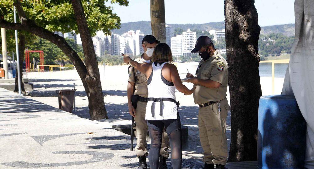 Guardas municipais fiscalizam movimentação de pessoas na praia de Icaraí, em Niterói, que decretou lockdown na segunda-feira (11)