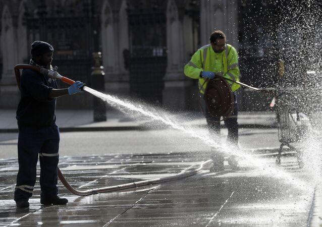 Funcionários realizam limpeza de praça no Reino Unido para deter a propagação do coronavírus