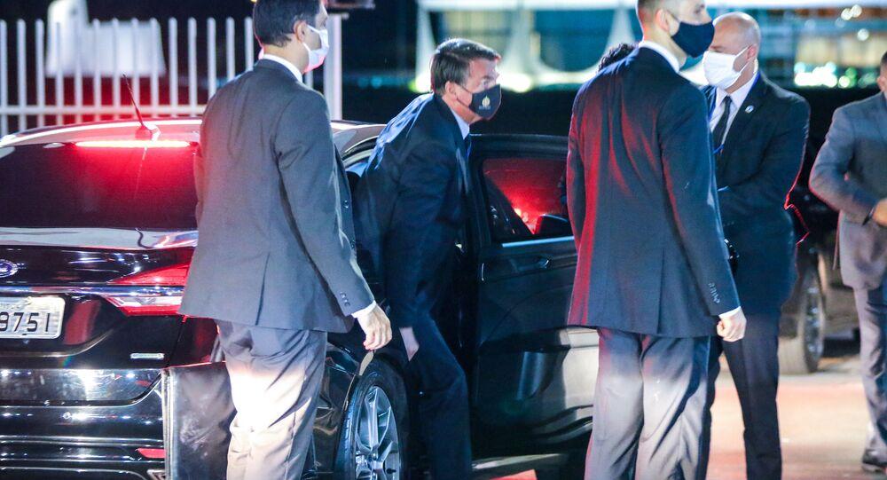 O presidente Jair Bolsonaro entrando no Palácio da Alvorada, em Brasília (DF), 13 de maio de 2020.