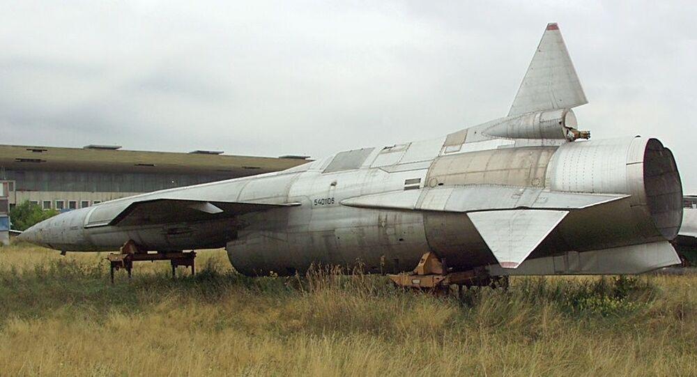 Drone soviético Tu-123 em campo de Moscou