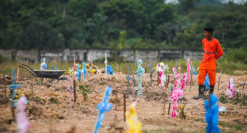 Movimentação no Cemitério Parque Nazaré para enterros de COVID-19 (coronavírus) em Belém, no Pará