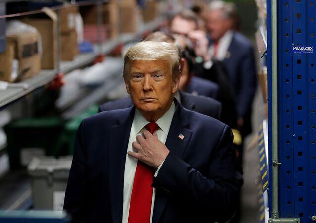 Donald Trump é acompanhado por delegação durante visita ao distribuidor de equipamentos médicos em Allentown, estado da Pensilvânia, nos EUA, 14 de maio de 2020