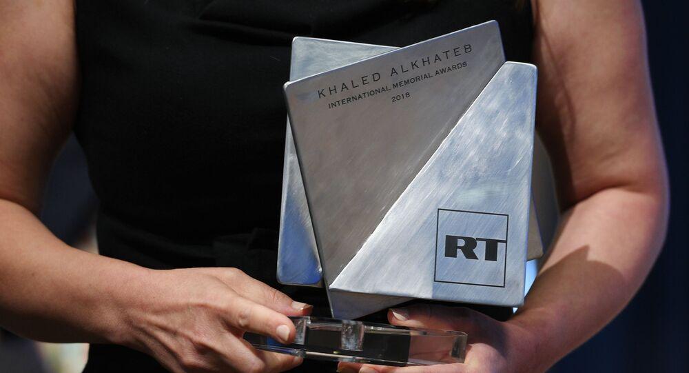 Ganhadora do prêmio Khaled Alkhateb, durante premiação, em 30 de julho de 2018