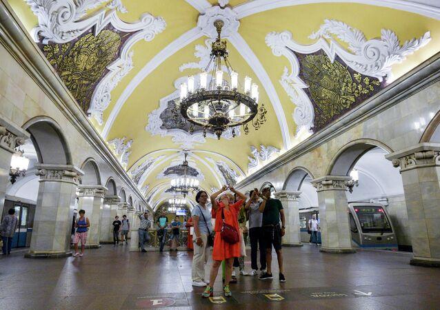 Turistas na estação Komsomolskaya do anel metroviário de Moscou