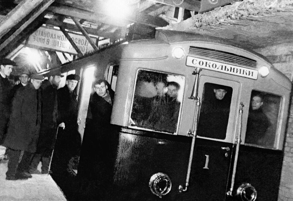 Primeiro trem do metrô de Moscou em viagem teste