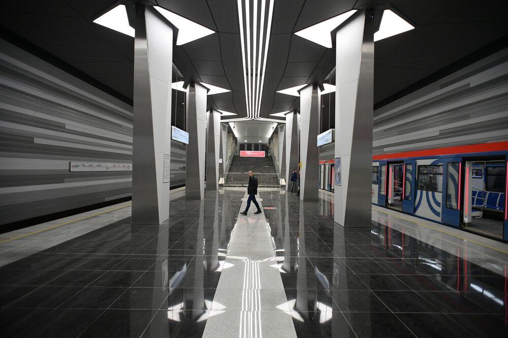 Passageiros na estação Aviamotornaya da linha Nekrasovskaya do metrô moscovita
