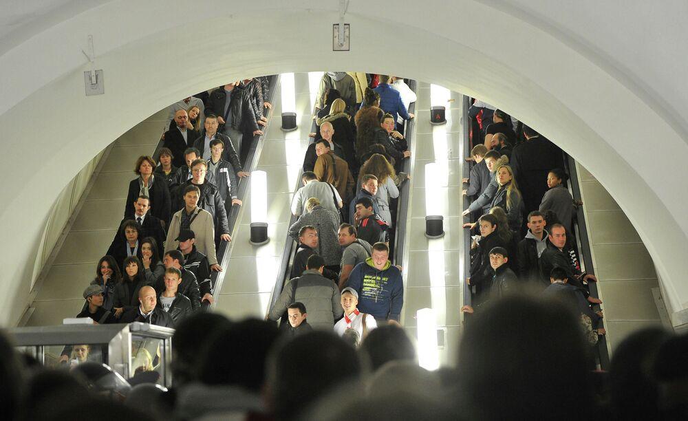 Passageiros em escadas rolantes na estação Park Kultury do anel metroviário de Moscou em horário de pico