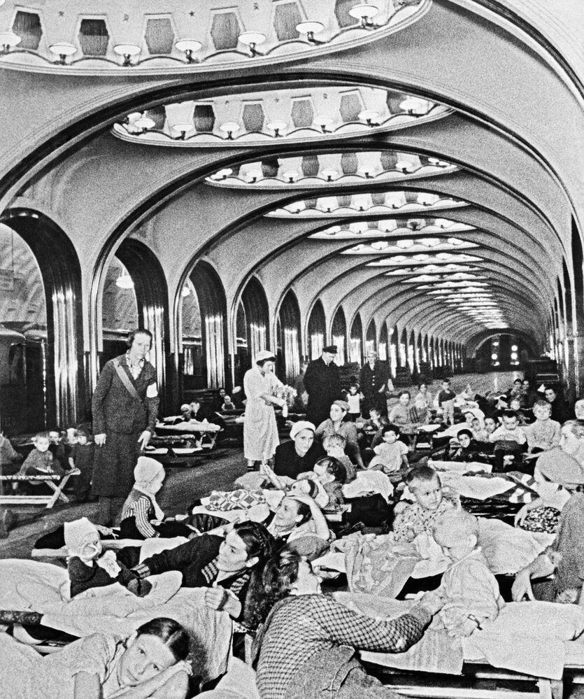 Mulheres e crianças se refugiam na estação Mayakovskaya durante bombardeio na Grande Guerra pela Pátria, entre 1941 e 1945