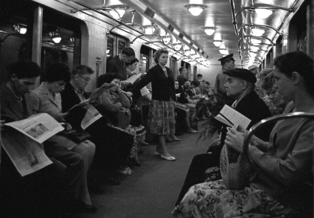 Passageiros em uma das composições do metrô da capital russa em 1964