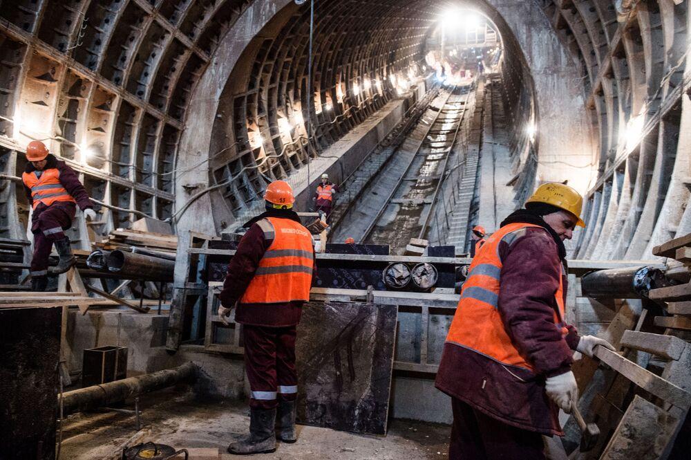 Trabalhadores durante a construção da estação Fonvizinskaya da linha Lyublinsko-Dmitrovskaya do metrô moscovita