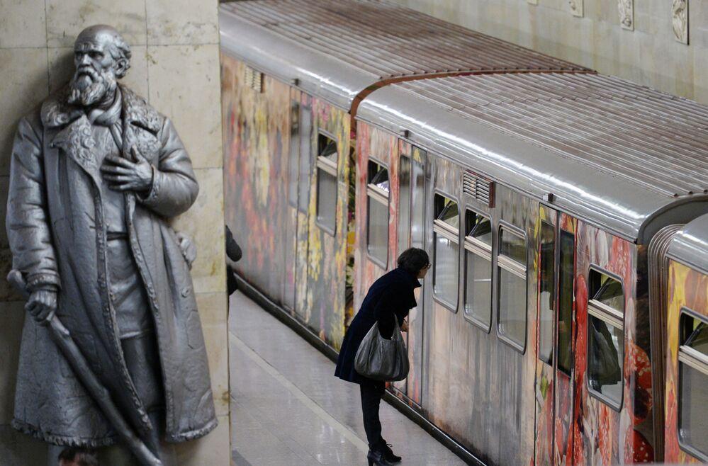 Lançamento do trem Aquarela com a exposição de pintura renovada Gorod Zhivopisi (Cidade da Pintura, em russo) no metrô de Moscou